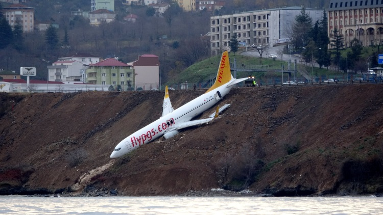 авиалайнер выкатился за пределы посадочной полосы